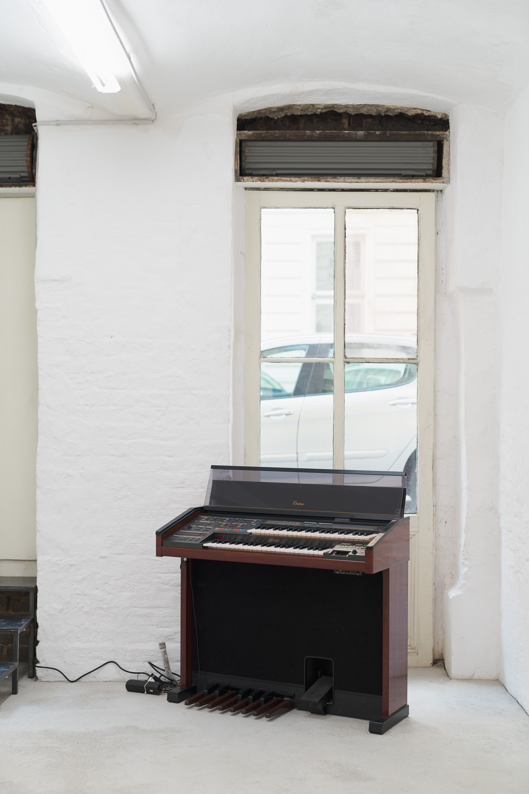 Gallery Organ / Gallery Bench, 2019, Yamaha Electone MR-700, Klinger Organ MIDI Reader, Standard MIDI File, cables and zip ties, 98,5x108x44cm; bench, 56x60x30cm